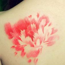肩部红色牡丹花纹身图案