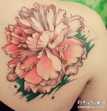 女生肩部很美的纹身牡丹花图案