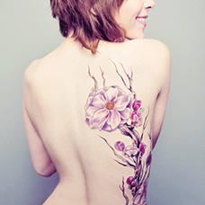 外国女生背部木兰花纹身图片