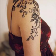 连衣裙美女半甲木棉花纹身图案