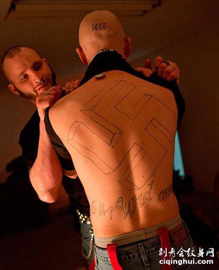 男士背部纳粹符号纹身图案