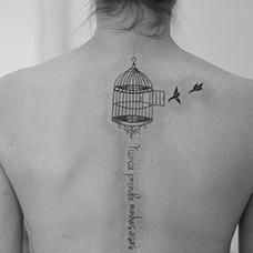 背部鸟笼和两只小鸟纹身图案