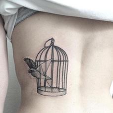 背部飞出鸟笼的小鸟纹身图案