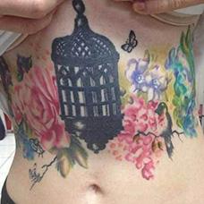 女生腹部黑色鸟笼纹身图案