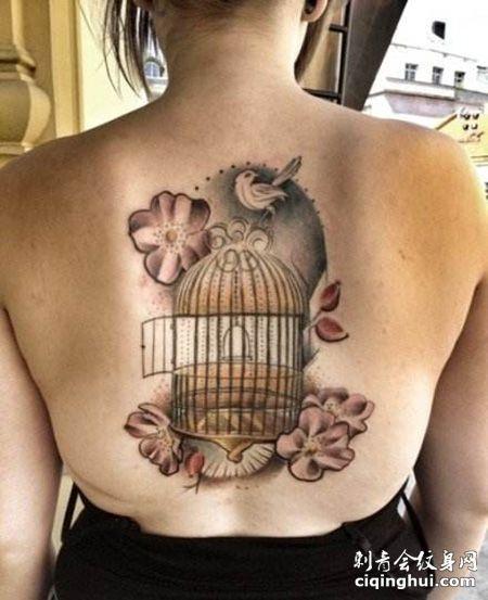 女生背部鸟笼纹身图案