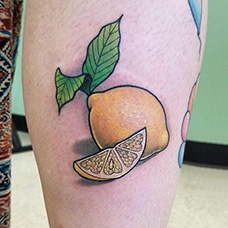 大腿黄色的柠檬纹身图片