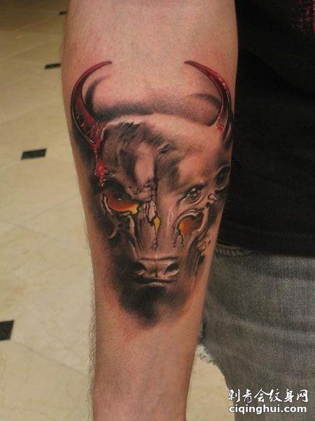 手臂邪恶牛纹身图案