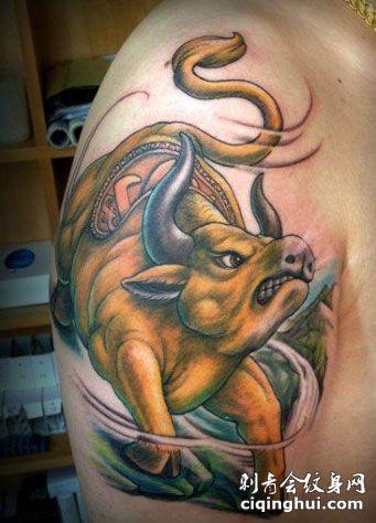 大臂金色牛纹身图案