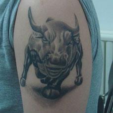 大臂斗牛纹身图案