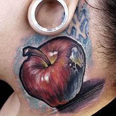颈部个性苹果纹身图案