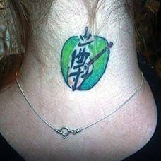 颈部绿色苹果和文字纹身图案