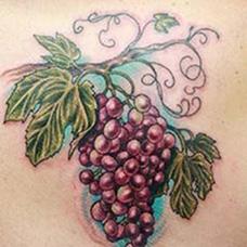 肩部紫红色葡萄纹身图案