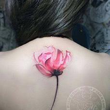 背部水墨蔷薇花纹身图片