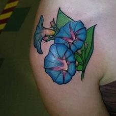 肩部蓝色牵牛花纹身图片