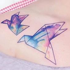肩部水墨千纸鹤纹身图案