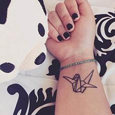 手腕简约千纸鹤纹身图案