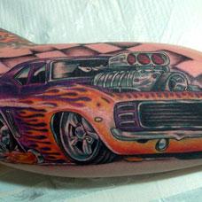 大臂上彩色汽车纹身图案