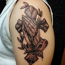大臂祈祷之手十字架纹身图案
