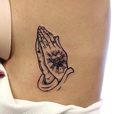 女生胸部侧面祈祷之手纹身图片