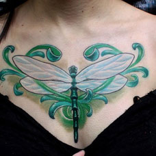 胸部绿色蜻蜓纹身图案