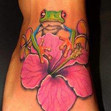脚背青蛙花朵纹身图片