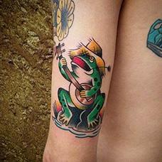 手臂弹吉他的青蛙纹身图片
