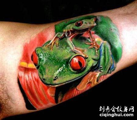 大臂写实青蛙纹身图片