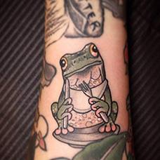 手臂用餐的青蛙纹身图片