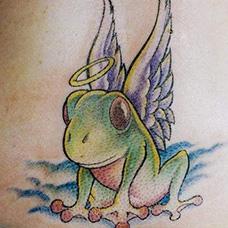 背部卡通青蛙纹身图片