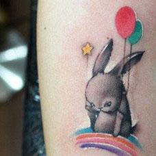 肩部兔子气球纹身图案
