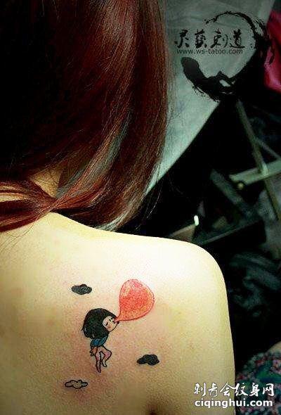 背部吹气球的卡通女子纹身图案
