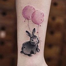 脚踝气球和兔子纹身图案