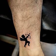 脚踝黑色丘比特纹身图案