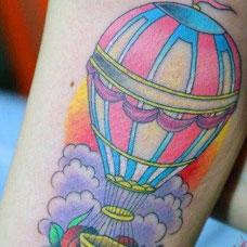 大腿彩色热气球玫瑰花纹身图案