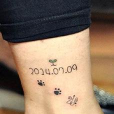 脚踝小脚印和日期纹身图案