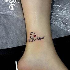 脚踝小狗和日期纹身图案