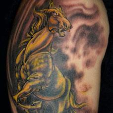 大臂金色的马纹身图案