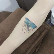 小清新女生手臂三角形纹身图案
