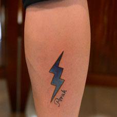 小腿帅气闪电纹身图案