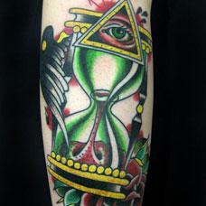 手臂绿色沙漏上帝之眼纹身图案