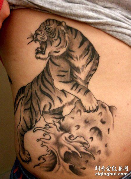 腹部帅气的上山虎纹身图案