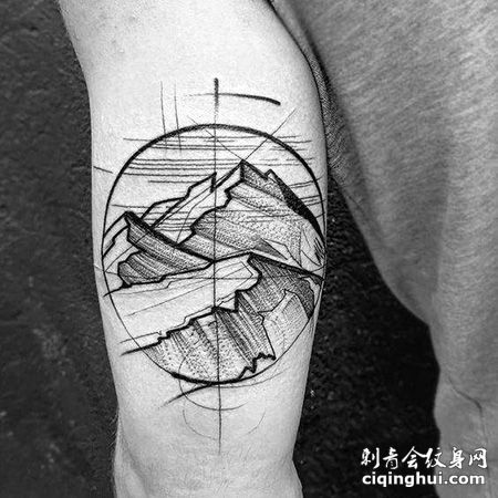 大臂素描风格的山脉纹身图片