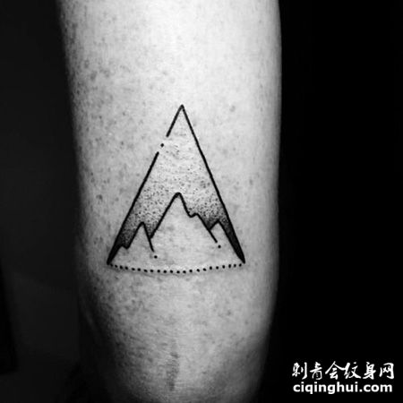 大臂三角形山脉纹身图片