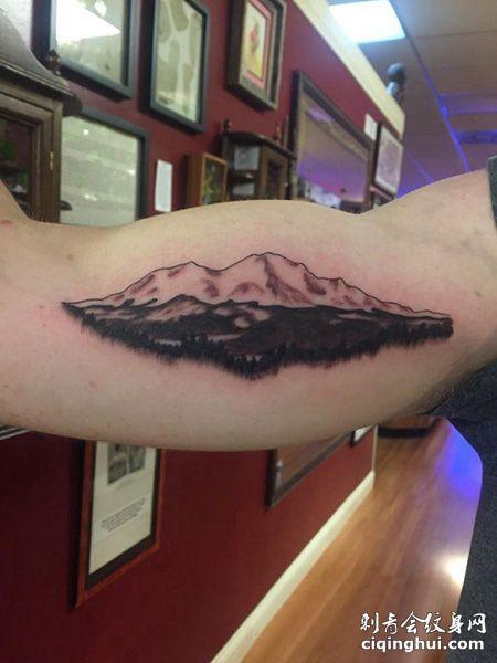 大臂帅气的山脉纹身图案