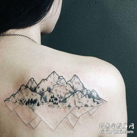 女生背部山脉纹身图案
