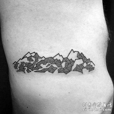 侧腰山脉纹身图案