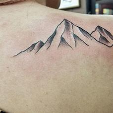 女生肩部个性的山脉纹身图案