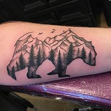 手臂熊和山脉纹身图片
