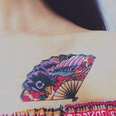 女生锁骨性感扇子纹身图案