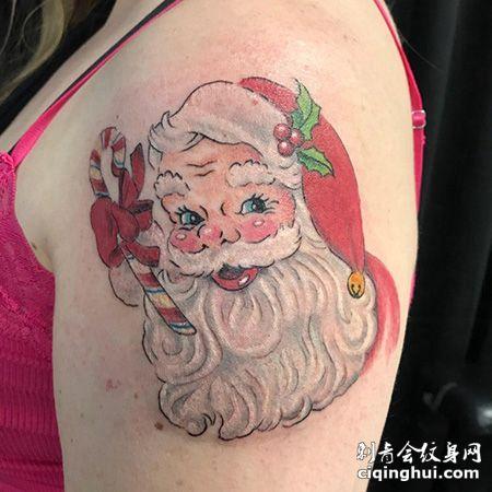 女生大臂可爱的圣诞老人纹身图案
